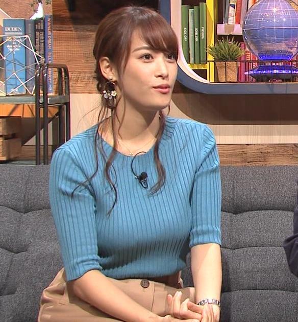 鷲見玲奈アナ 自分の腕でおっぱいを潰すキャプ・エロ画像5
