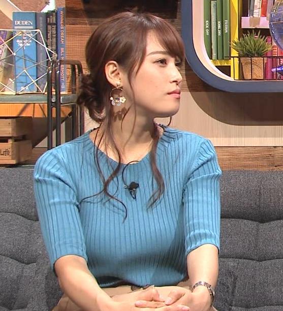 鷲見玲奈アナ 自分の腕でおっぱいを潰すキャプ・エロ画像6