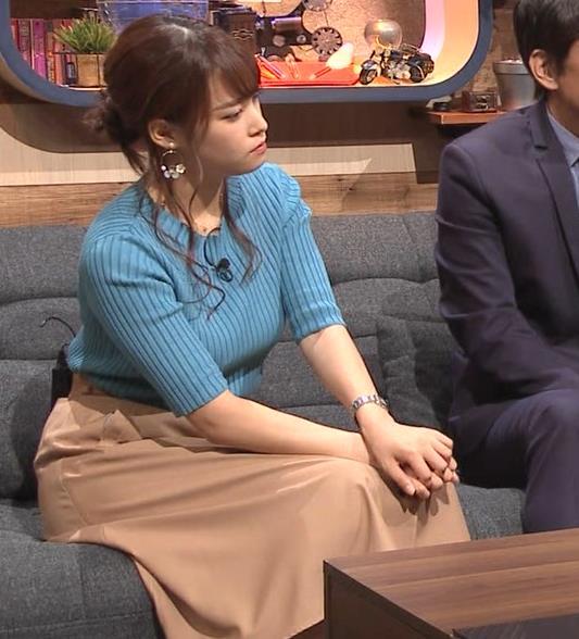 鷲見玲奈アナ 自分の腕でおっぱいを潰すキャプ・エロ画像7