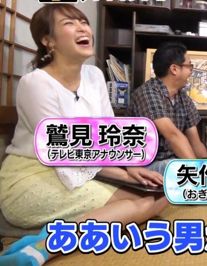 鷲見玲奈アナ 女の子座りをローアングルで撮られるキャプ・エロ画像