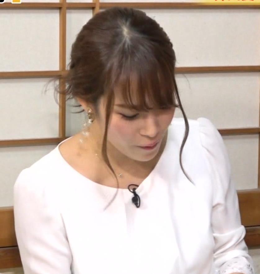 鷲見玲奈アナ 女の子座りをローアングルで撮られるキャプ・エロ画像5