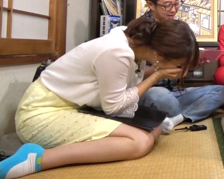 鷲見玲奈アナ 女の子座りをローアングルで撮られるキャプ・エロ画像7