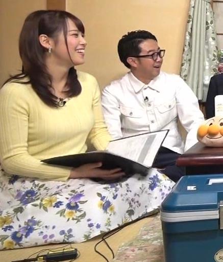 アナ 黄色いニットの乳キャプ・エロ画像