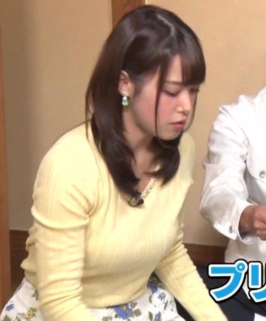 アナ 黄色いニットの乳キャプ・エロ画像2