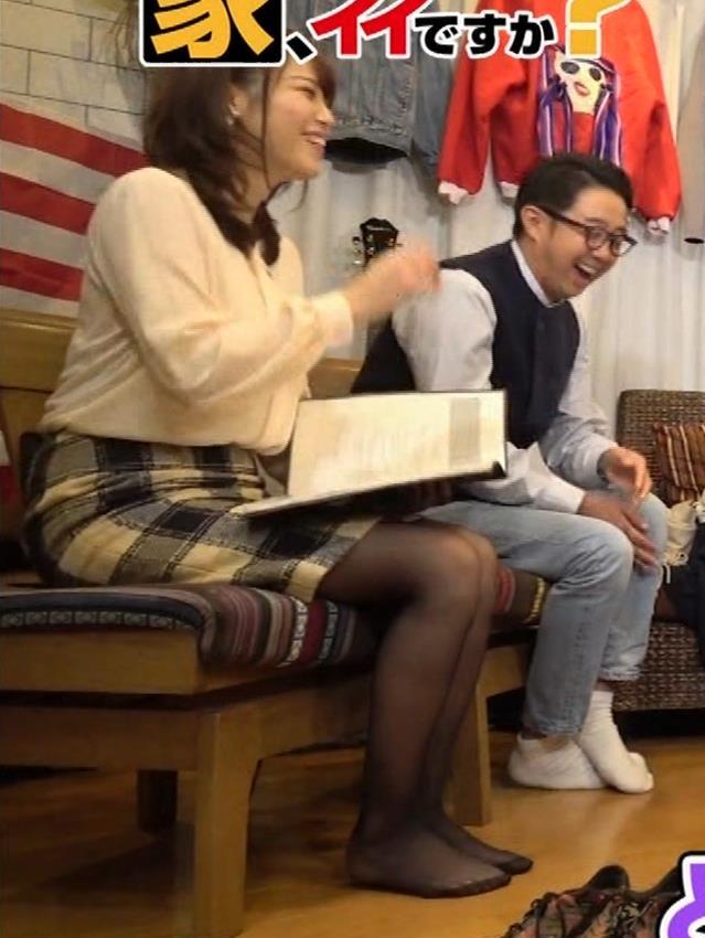 鷲見玲奈アナ 胸を張る&黒ストッキングキャプ・エロ画像2