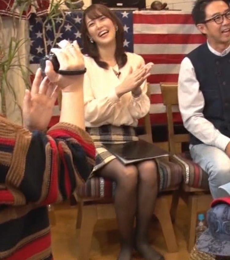 鷲見玲奈アナ 胸を張る&黒ストッキングキャプ・エロ画像9