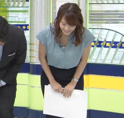 鷲見玲奈アナ 胸元緩いシャツキャプ・エロ画像2