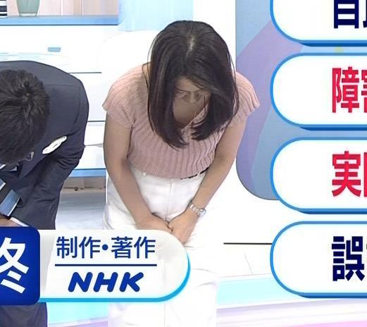 鈴木奈穂子アナ お辞儀でちょっと胸チラキャプ・エロ画像2