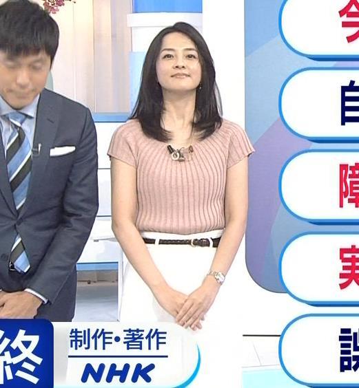 鈴木奈穂子アナ お辞儀でちょっと胸チラキャプ・エロ画像4