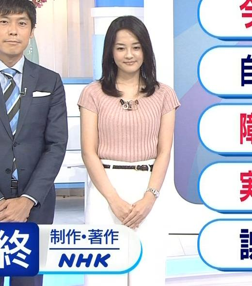 鈴木奈穂子アナ お辞儀でちょっと胸チラキャプ・エロ画像5