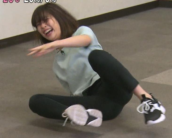 鈴木唯アナ かわいい女子アナのM字開脚キャプ・エロ画像