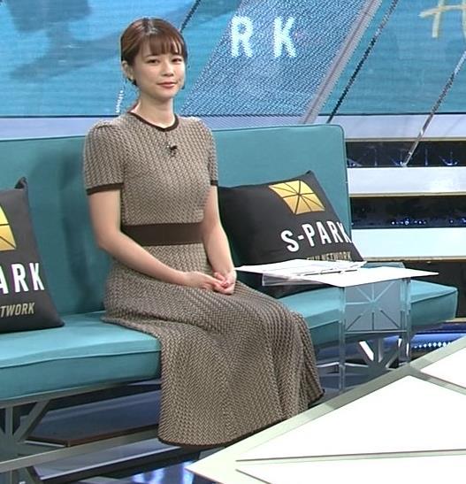 鈴木唯アナ 巨乳が際立つ柄のワンピースキャプ・エロ画像