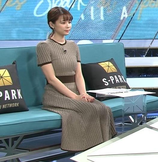 鈴木唯アナ 巨乳が際立つ柄のワンピースキャプ・エロ画像2