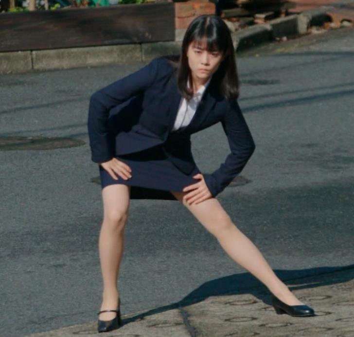 タイトなミニスカートでストレッチするのがエロいキャプ・エロ画像