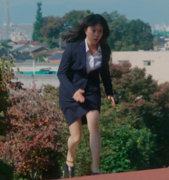 タイトなミニスカートでストレッチするのがエロいキャプ・エロ画像6