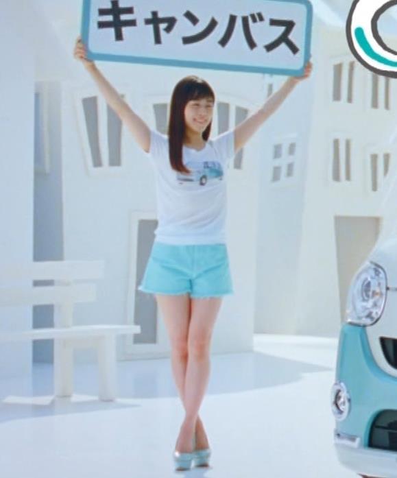 Tシャツとホットパンツみたいな短パンがエロいキャプ・エロ画像3
