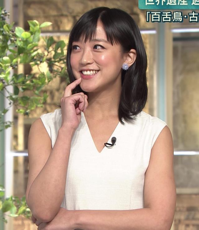 竹内由恵アナ 前かがみ胸元チラしたハプニングキャプ・エロ画像