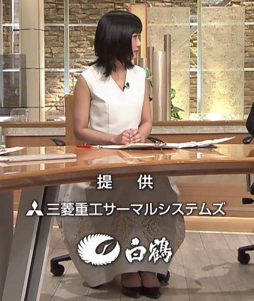 竹内由恵アナ 前かがみ胸元チラしたハプニングキャプ・エロ画像2