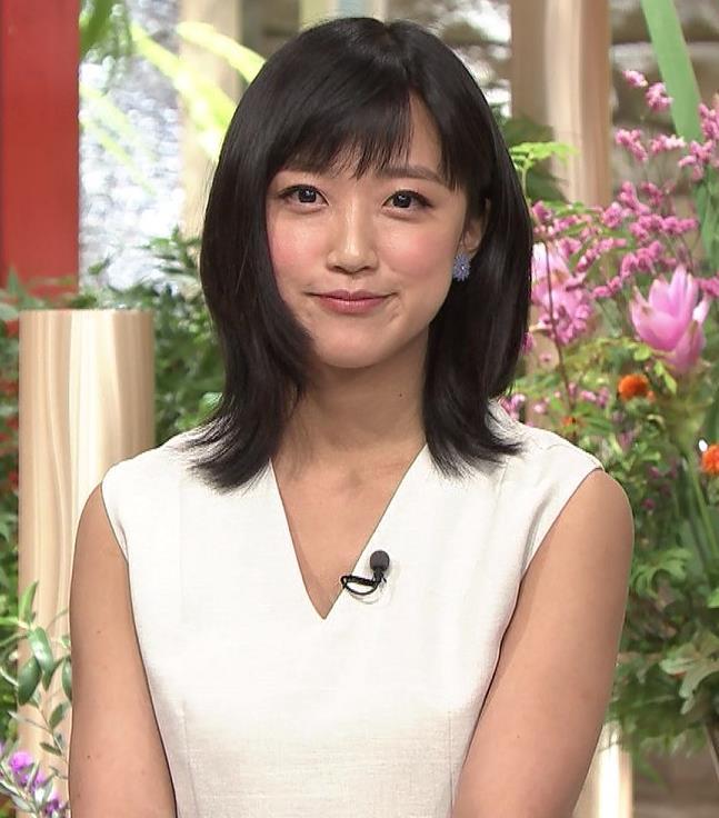 竹内由恵アナ 前かがみ胸元チラしたハプニングキャプ・エロ画像4