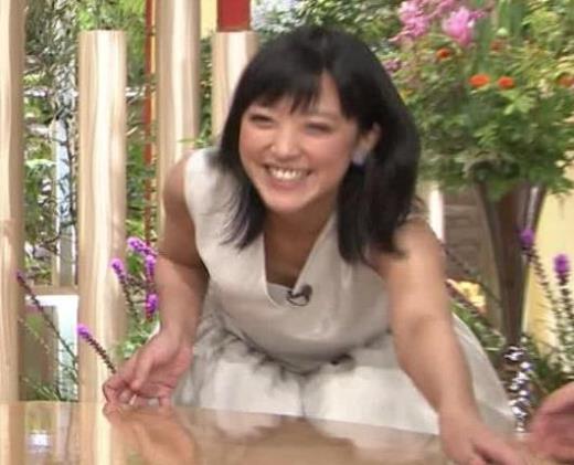 竹内由恵アナ 前かがみ胸元チラしたハプニングキャプ画像(エロ・アイコラ画像)