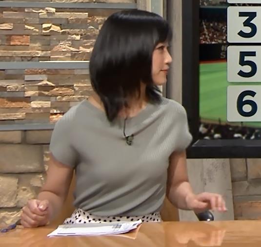 竹内由恵アナ ニット微乳、でもエロいキャプ・エロ画像