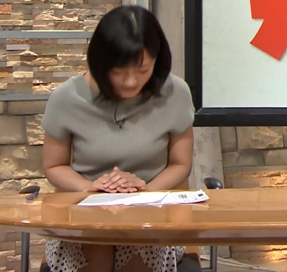 竹内由恵アナ ニット微乳、でもエロいキャプ・エロ画像3
