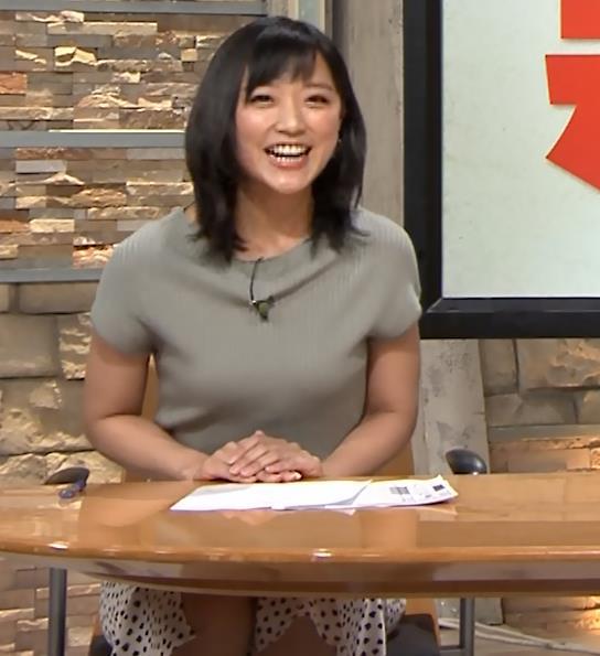 竹内由恵アナ ニット微乳、でもエロいキャプ・エロ画像4