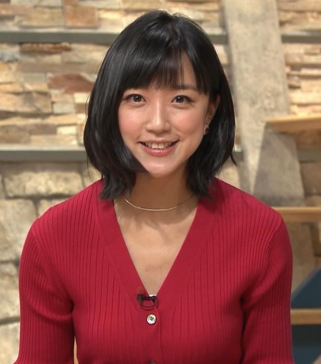 竹内由恵アナ おっぱいを潰しているところキャプ・エロ画像
