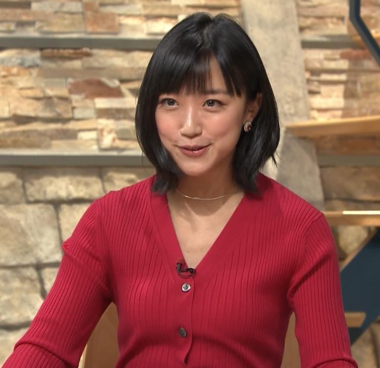 竹内由恵アナ おっぱいを潰しているところキャプ・エロ画像2