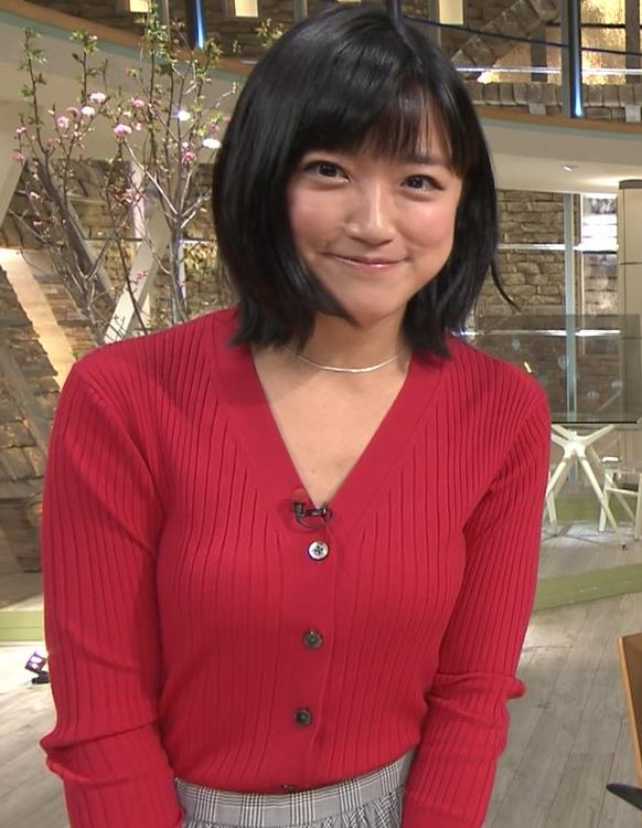 竹内由恵アナ おっぱいを潰しているところキャプ・エロ画像3