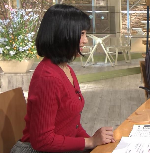 竹内由恵アナ おっぱいを潰しているところキャプ・エロ画像4