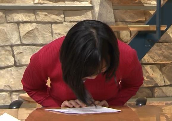 竹内由恵アナ おっぱいを潰しているところキャプ・エロ画像6