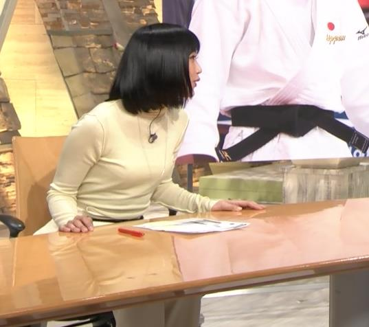 アナ ピチピチの衣装でキャミソールが透けてるキャプ・エロ画像2