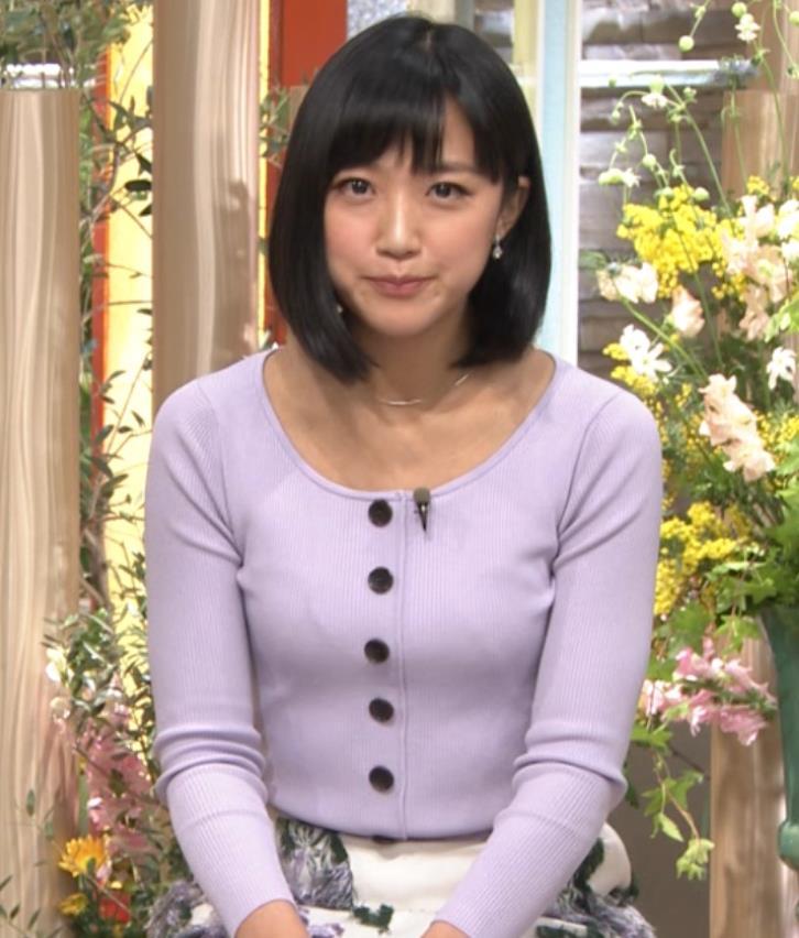 竹内由恵アナ 薄着でのふっくらおっぱいキャプ・エロ画像