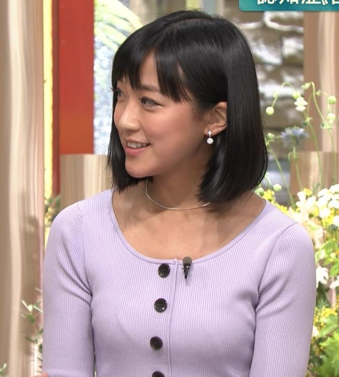 竹内由恵アナ 薄着でのふっくらおっぱいキャプ・エロ画像12