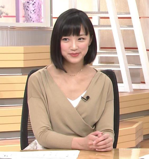 竹内由恵アナ 胸元露出しすぎてるキャプ・エロ画像3