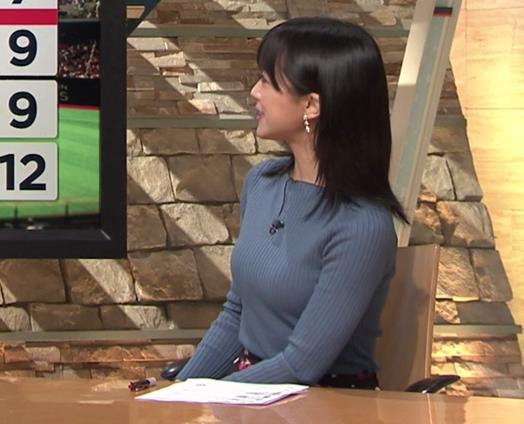 竹内由恵アナ 微乳を腕で寄せてるキャプ・エロ画像