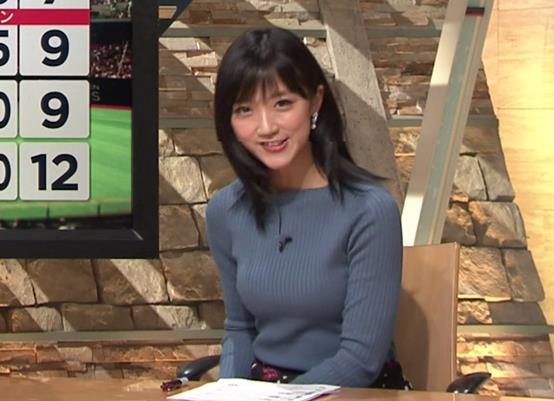 竹内由恵アナ 微乳を腕で寄せてるキャプ・エロ画像2