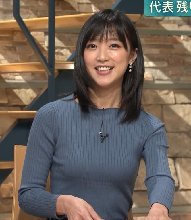 竹内由恵アナ 微乳を腕で寄せてるキャプ・エロ画像12