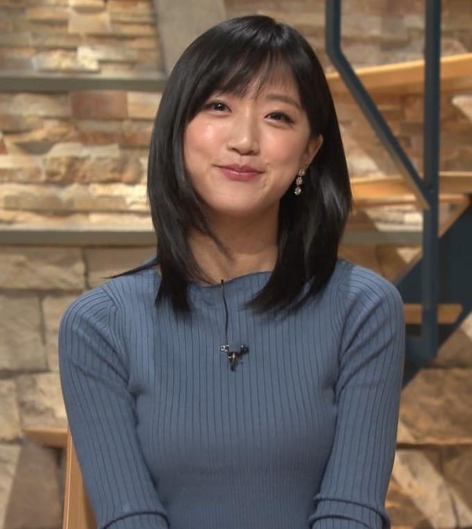 竹内由恵アナ 微乳を腕で寄せてるキャプ・エロ画像14