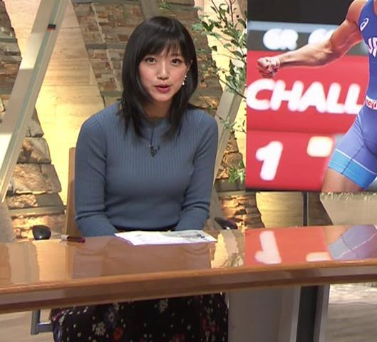 竹内由恵アナ 微乳を腕で寄せてるキャプ・エロ画像3
