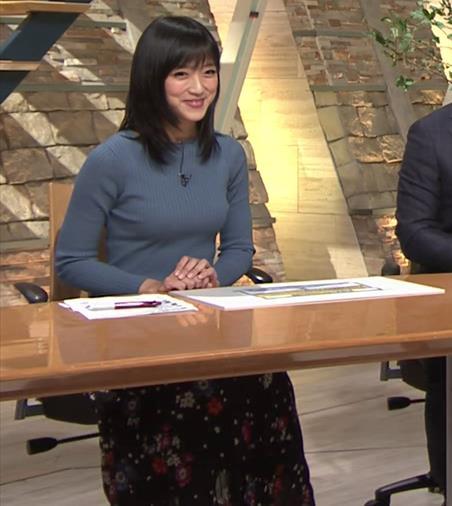 竹内由恵アナ 微乳を腕で寄せてるキャプ・エロ画像6