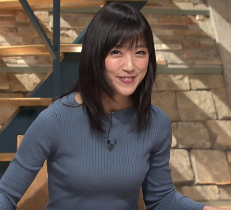 竹内由恵アナ 微乳を腕で寄せてるキャプ・エロ画像8