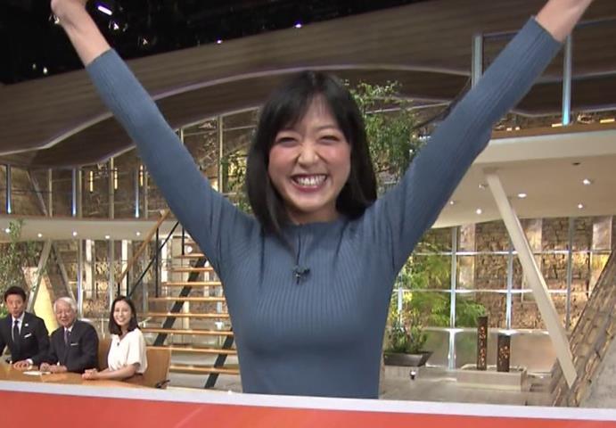 竹内由恵アナ 微乳を腕で寄せてるキャプ・エロ画像9
