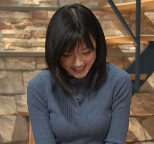 竹内由恵アナ 微乳を腕で寄せてるキャプ画像(エロ・アイコラ画像)
