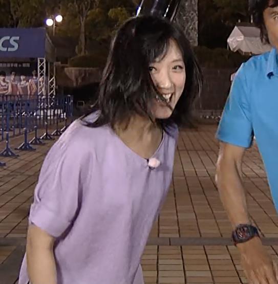 竹内由恵 ジャンプして服がめくれてしまう放送事故キャプ・エロ画像2