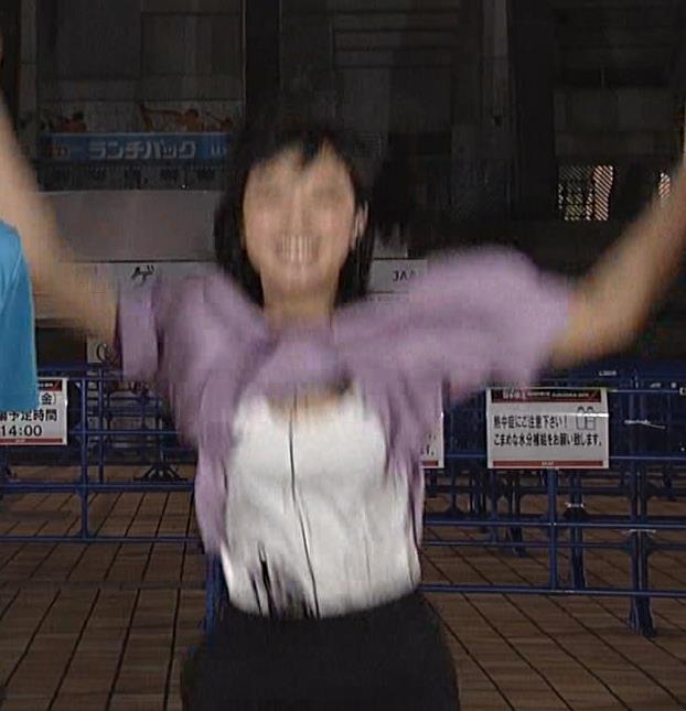竹内由恵 ジャンプして服がめくれてしまう放送事故キャプ・エロ画像4