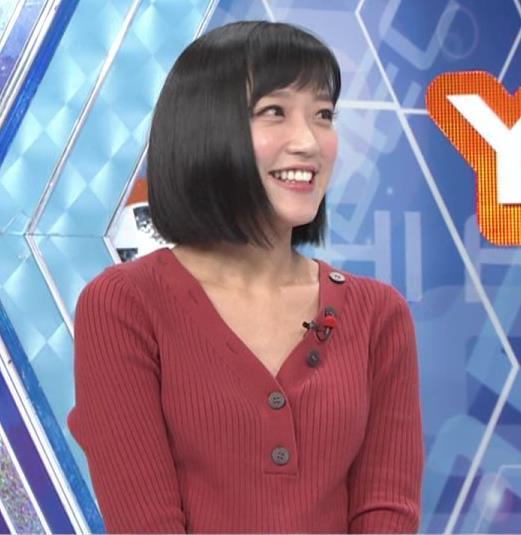 竹内由恵アナ Vネックの胸元チラチラキャプ・エロ画像