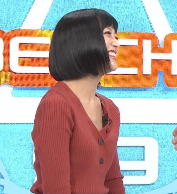 竹内由恵アナ Vネックの胸元チラチラキャプ・エロ画像3