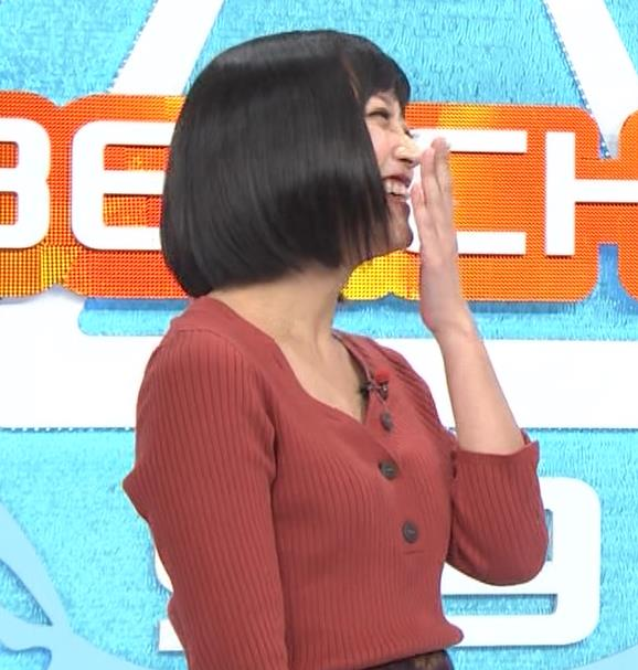 竹内由恵アナ Vネックの胸元チラチラキャプ・エロ画像4